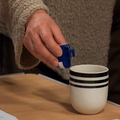 a liquid level indicator in a mug
